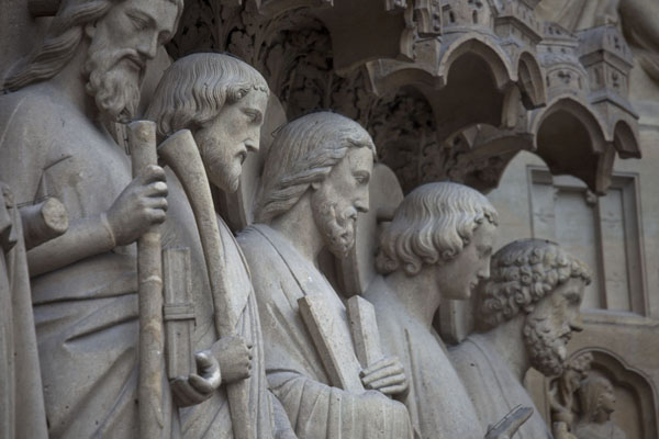 Foto de Row of apostles at the Portal of the Last JudgmentCatedral de Notre Dame - Francia