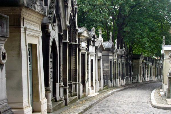Picture of Père Lachaise Cemetery (France): Lane with tombs in Pere Lachaise Cemetery