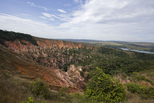 Foto di Gabon (Panoramic view of the canyon with the lack on the far right)