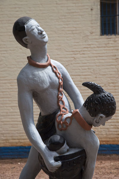 Sculpture with two chained slaves outside the slave museum - 甘比亚