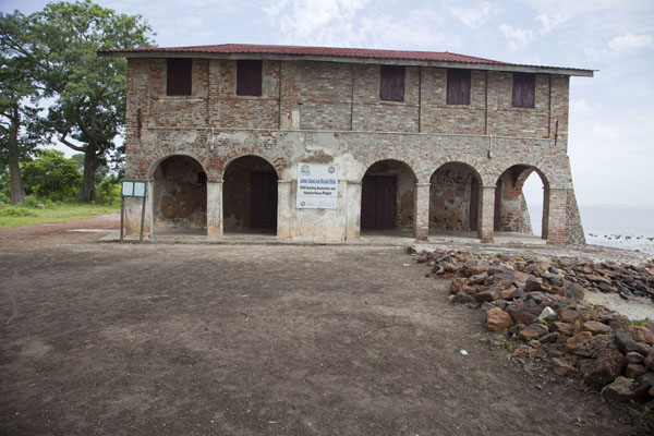 Foto di Historic building on the banks of the river GambiaJufureh - Gambia