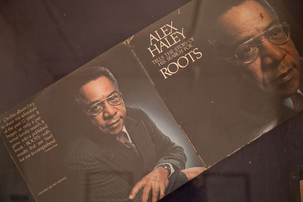 The cover of the book Roots by Alex Haley, which caused Jufureh to rise to fame - 甘比亚