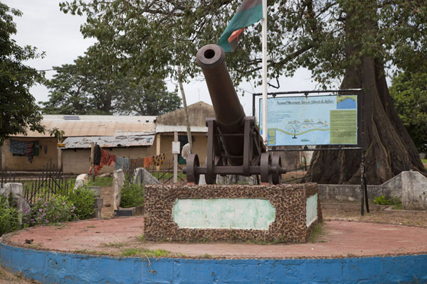 Picture of Jufureh Slave Museum (Gambia): One of the historical places of Jufureh: the cannon at the banks of the river Gambia