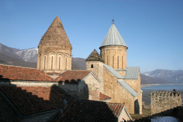 Picture of Ananuri castle (Georgia): Ananuri towers with Zhinvali Reservoir in the background