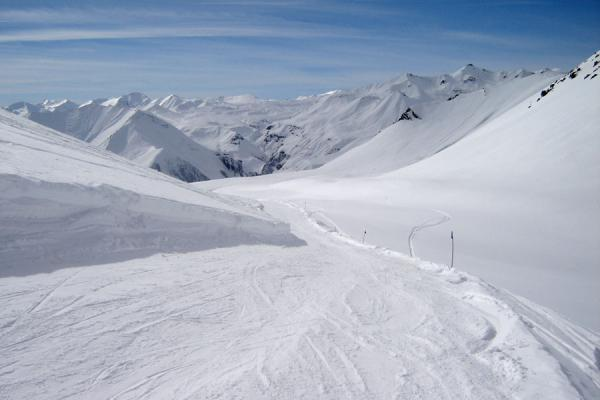 Picture of Gudauri Skiing (Georgia): Gudauri ski area: narrow slope and snowy Kaukasus mountains