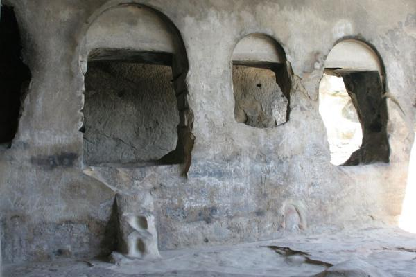 Picture of Uplistsikhe (Georgia): Uplistsikhe: interior of king's palace with wine storage in the background