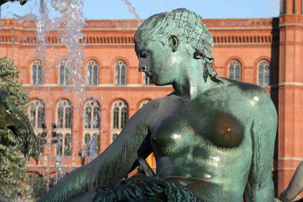 Foto van Detail of Neptun fountain with Rotes Rathaus in the backgroundBerlijn - Duitsland