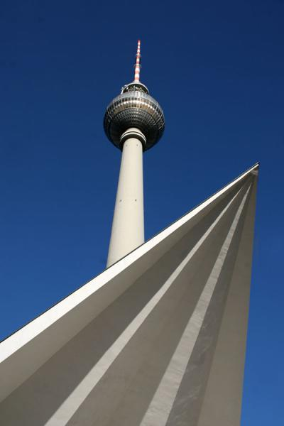 Foto van TV tower from below at AlexanderplatzBerlijn - Duitsland