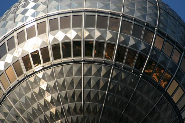 Foto van Close-up of the metal sphere in the TV tower at AlexanderplatzBerlijn - Duitsland