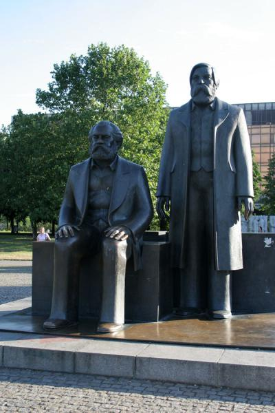 Foto van Karl Marx and Friedrich Engels on the Marx-Engels forum near AlexanderplatzBerlijn - Duitsland