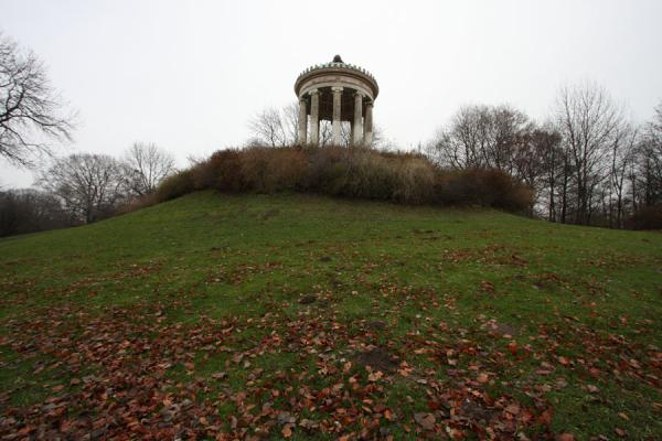 Monopteros on a hill in the Englischer Garten | Englischer Garten | Duitsland