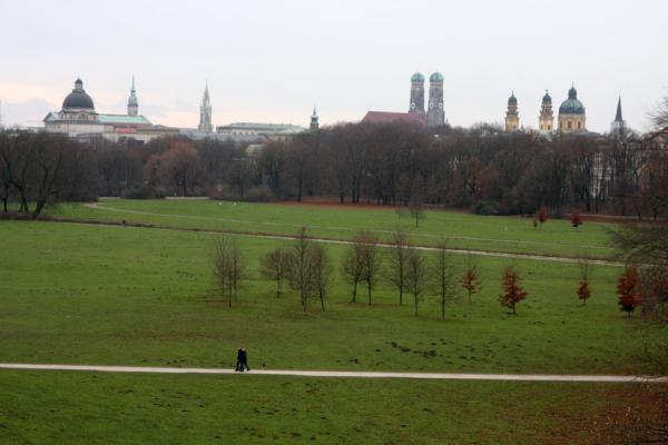 Photo de View over Englischer Garten and landmarks of MünchenMunich - l'Allemagne