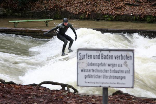 Foto van No respect for the rules: surfing the standing wave of the Eisbach - Duitsland - Europa