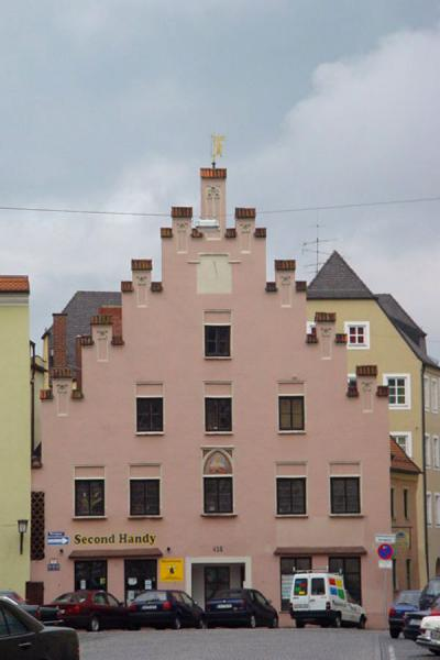 Pink house at the end of a square | Landshut | Germany