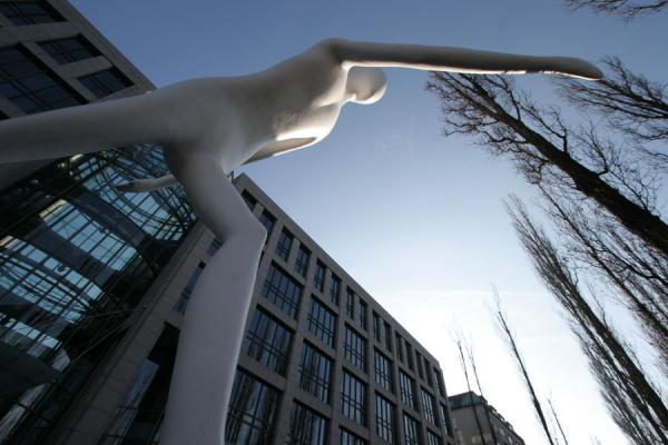 Photo de Walking Man statue in front of Munich Re buildingMunich - l'Allemagne
