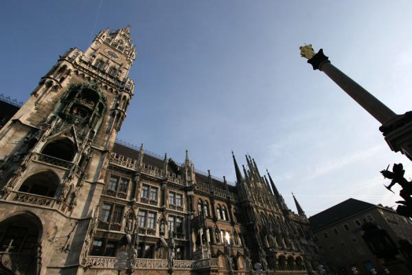 Foto van New City Hall and Mariensäule on Marienplatz in MunichMünchen - Duitsland