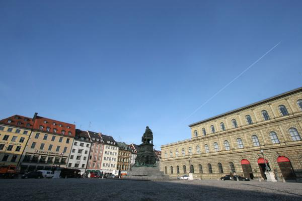 Statue in the centre of Max Joseph square in Munich | Architecture à Munich | l'Allemagne