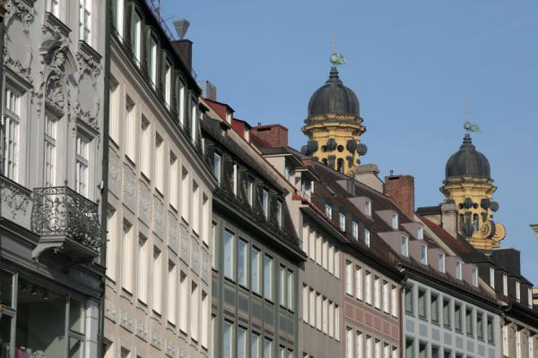 Foto van Typical row of houses in Munich with towers of TheatinerchurchMünchen - Duitsland