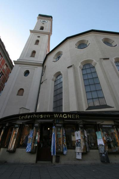 Photo de Heiliggeistkirche with leather shopMunich - l'Allemagne