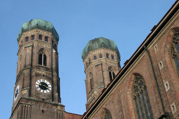 Foto van Famous bronze onion domes on top of belltowers of FrauenkircheMünchen - Duitsland