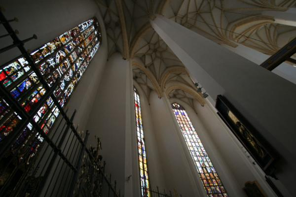 Foto van Looking up the stained glass windows of the FrauenkircheMünchen - Duitsland