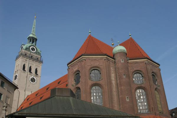 Foto van Peterskirche or St. Peter's church seen from ViktualienmarktMünchen - Duitsland