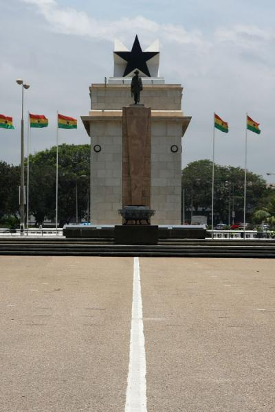 Picture of View on Independence Monument and Arch from the square