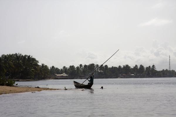 Foto van Local sailing along the banks of the Volta river near Ada Foah - Ghana - Afrika