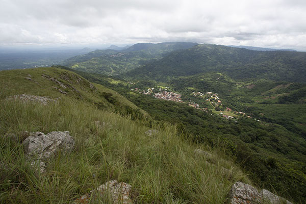 Photo de Valleys and villages seen from the top of Mount GemiAvatime - Ghana