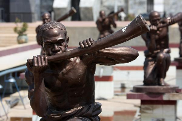 Detail of the statues at the Mausoleum of Kwame Nkrumah | Kwame Nkrumah Mausoleum | Ghana