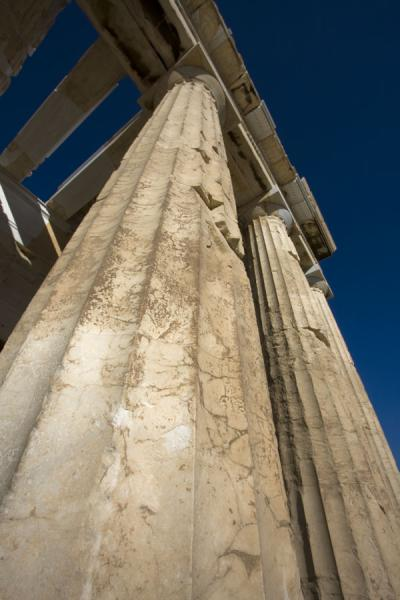 Foto van Looking up one of the massive columns of the ParthenonAthene - Griekenland