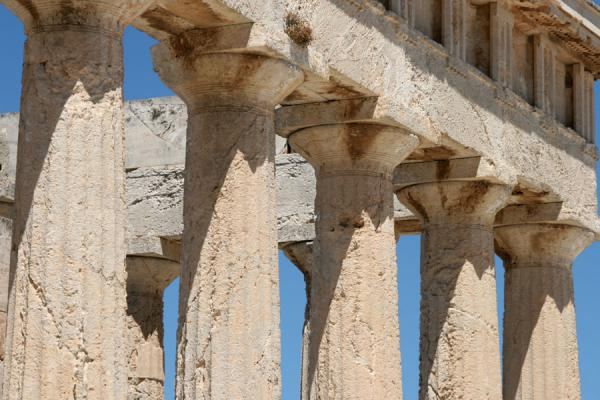 Foto di Close-up of the capitals of the temple of AphaiaAegina - Grecia
