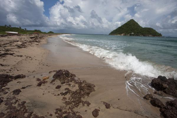 Foto de Granada (Waves rolling in on Levera Beach with Sugar Loaf Island in the background)