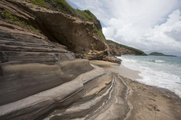 Foto di Curiously shaped cliffs north of Bathways BeachSpiaggia di Levera - Grenada