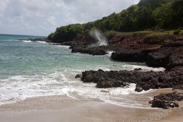 Photo de Waves crushing into the rocky shore at Levera BeachPlage de Levera - Grenade