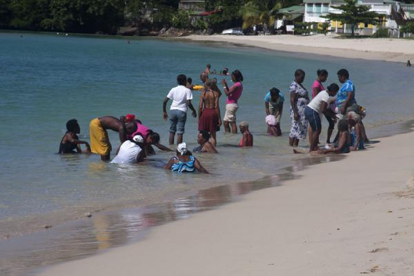 Foto di Old people taking a refreshing and relaxing bath in the calm waters of Morne Rouge beachSpiaggia Morne Rouge - Grenada