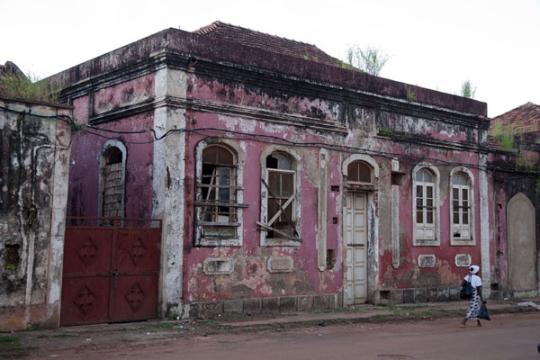 Picture of Bissau Velho (Guinea-Bissau): One of the many old buildings in the old part of Bissau