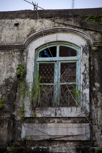 Close-up of old window in an building in Bissau Velho | Bissau Velho | 几内亚比索