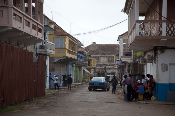 Foto de Guinea-Bissáu (People on one of the streets of the old part of Bissau)