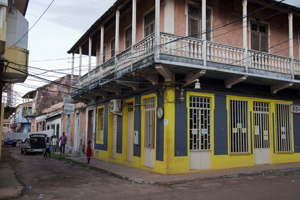 Foto di Colourful houses with balconies in the heart of Bissau VelhoBissau - Guinea-Bissau