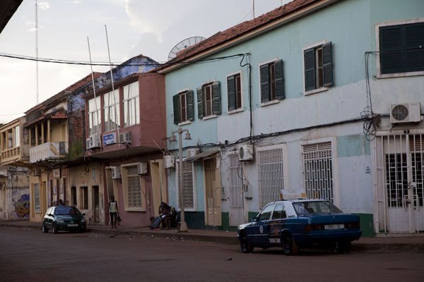 Foto di Brightly painted buildings in the old part of BissauBissau - Guinea-Bissau