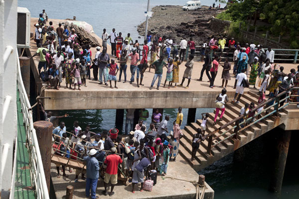 Foto de Bubaque pier full of people upon the departure of the weekly ferry boat - Guinea-Bissáu - Africa