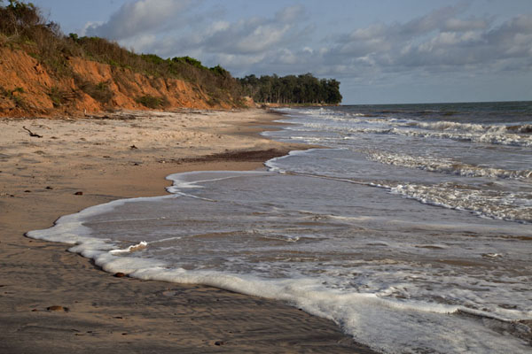 Foto van Guinée-Bissau (Waves on the beach of Varela at the end of the day)