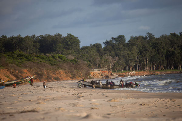 Foto di Fishermen pulling in a boat with fresh catchVarela - Guinea-Bissau