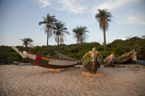 Foto de Fisher boats moored on the beachVarela - Guinea-Bissáu