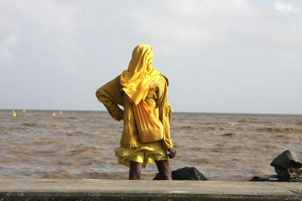 Foto van Guyanese looking over the Ocean at the seawallGeorgetown - Guyana