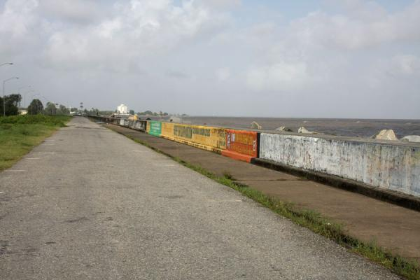 Pedestrians and cyclists can enjoy this stretch of seawall | Georgetown dique de mar | Guyana