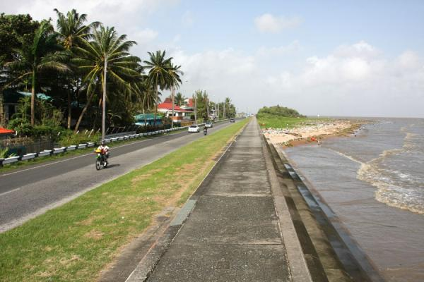 The land behind the seawall is lower than the sea | Georgetown digue de la mer | Guyana