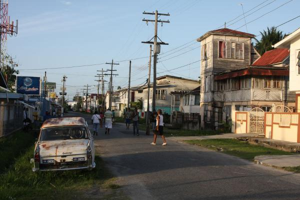 Foto van Guyana (Boys playing cricket on the streets of Georgetown in the late afternoon)