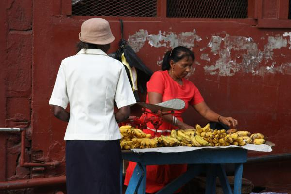 Foto van Woman selling fruit outside Stabroek marketGeorgetown - Guyana